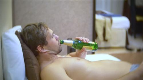 Пьёт пиво и смотрит телек во время куни