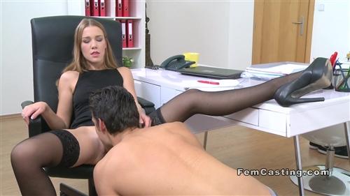 Женщина порно агент проводит куни кастинг с парнем